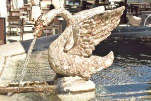 fontaine Cygne : Maussane proche de Avignon, Arles, Camargue